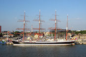 Viermaster Sedov (Russisch: CeAob) in haven van Klaipeda