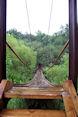 Houten hangbrug over Minija rivier
