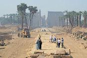 De laan die naar Luxor Tempel leidt