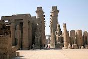 Luxor Tempel / de beelden van Ramses II