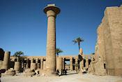 Karnak / grote tempel van Amon, met beeld Ramses II
