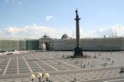 Paleisplein met Alexanderzuil en regeringsstafgebouw met dubbele triomfboog