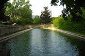Koud bronwaterzwembad bij camping