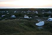 Uitzicht over camping en zee