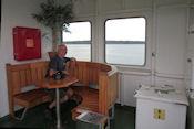 Overdekt buitenzitje op boot naar Åva