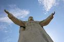 Het beeld van Christus Koning werd gebouwd op een verhoging van 16,5 meter. Inclusief de kroon heeft het beeld een hoogte van 36 meter. De vergulde kroon zelf heeft een hoogte van 3,5 meter en een diameter van 2 meter. Het hoofd is 4,5 meter lang en weegt 15 ton. Beide handen hebben een lengte van 6 meter en de spanweidte tussen beide handen is 24 meter. Het gebruikte materiaal is beton en glasvezel. In totaal weegt het beeld 440 ton.