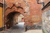 Oude bakstenen stadsmuur met poortje