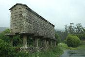 Espigueiros, oude graanschuren van graniet en hout